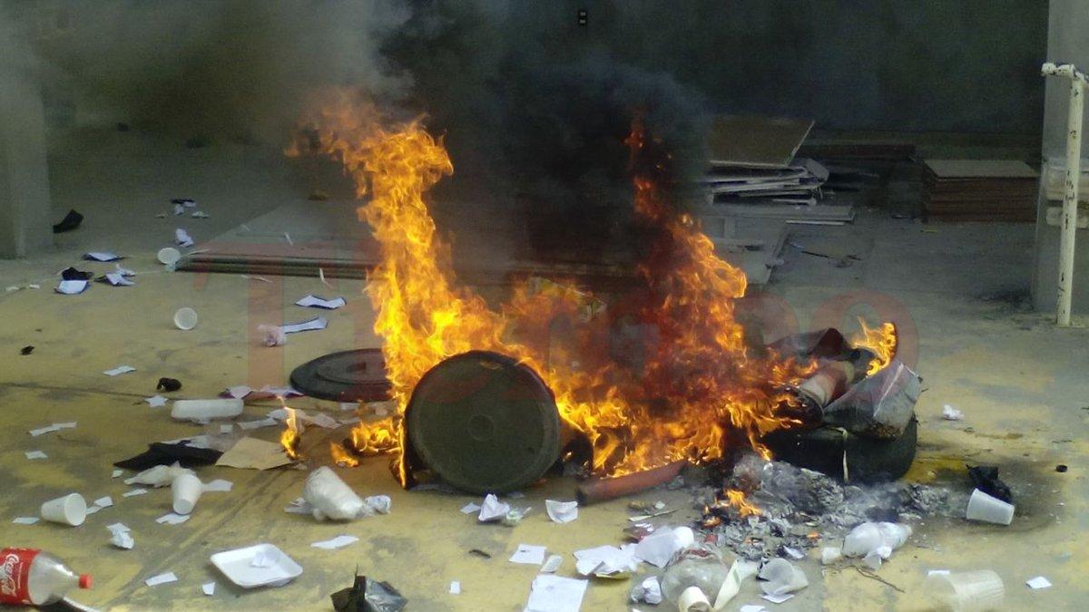 Policía municipal de Matías Romero desaloja a manifestantes del palacio